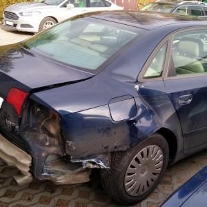Samochód z uszkodzeniem bagażnika i zderzaka tylnego