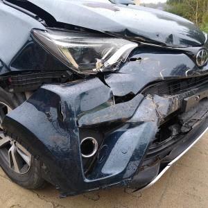 Samochód z uszkodzeniem maski i zderzaka